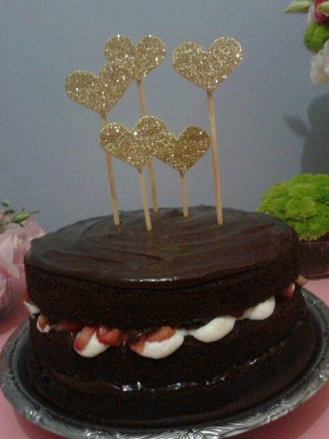 essa delícia foi obra da minha irmã!!! fui apenas uma assistente. - Bolo de chocolate com recheio de morango e mirtilo com chantilly e ganache de chocolate com crocante de amendoas.