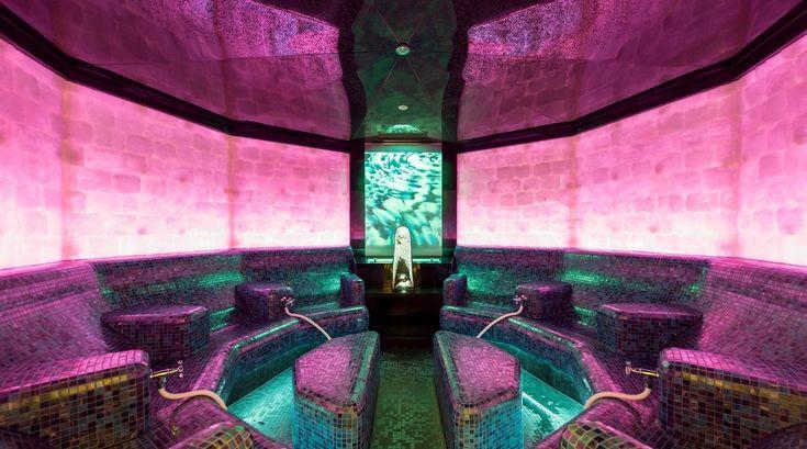 Mineralienbad: Die Therme ist ein Wellness-Traum auf über 50.000 Quadratmetern. Aqua-Dome.