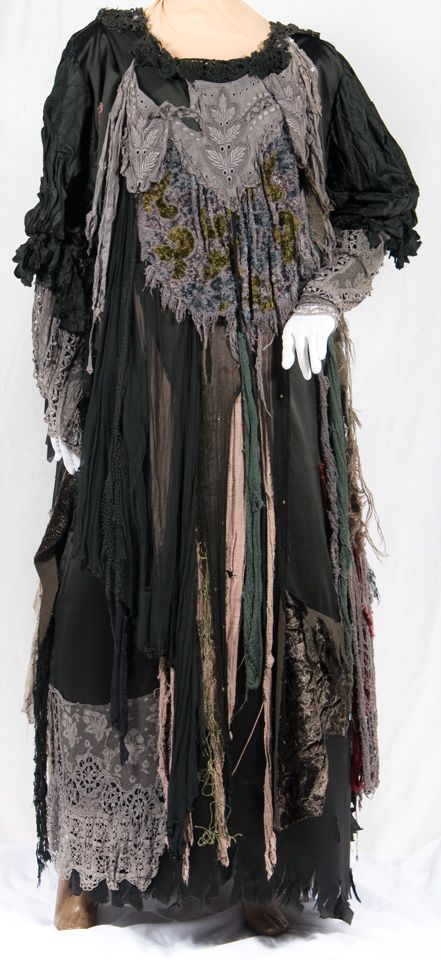 fantastic witch costume.  Can so see making this with thrift store and dollar store finds!