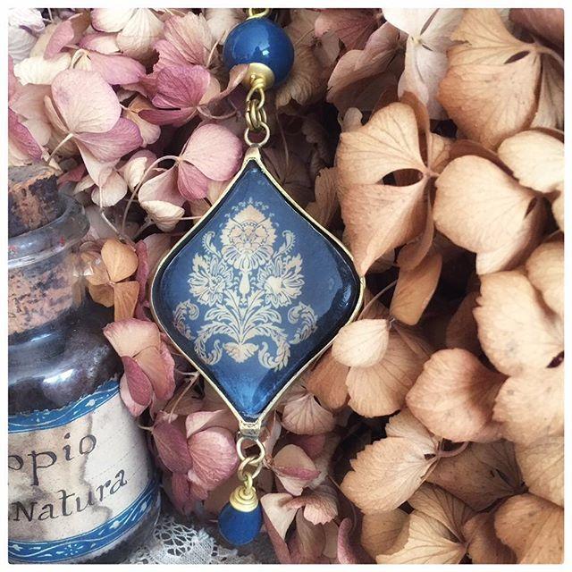 Old damask. Pattern damasco su sfondo blu. Ceramica e ottone. Ultimo disponibile . #jewelry #jewelrydesign #jewellery #necklace  Oppio vintage by @daniverdesalvia