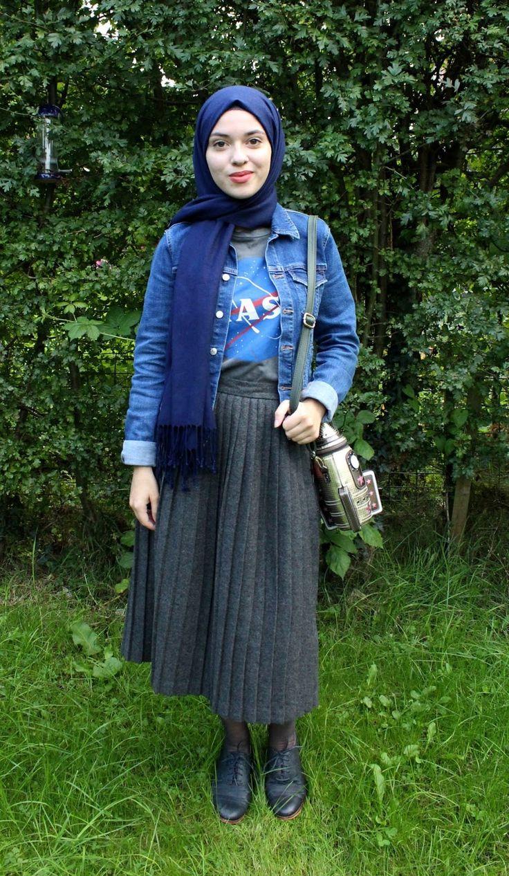 Vintagonista blog: hijab outfit, Vintage Hijab outfit, grey wool pleated skirt, novelty bag, rocket bag, nasa t shirt