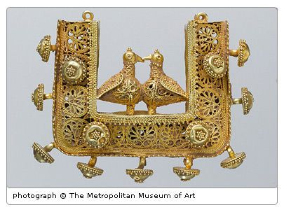 Gold pendant with pair of birds, Greater Iran, 11th to 12th century