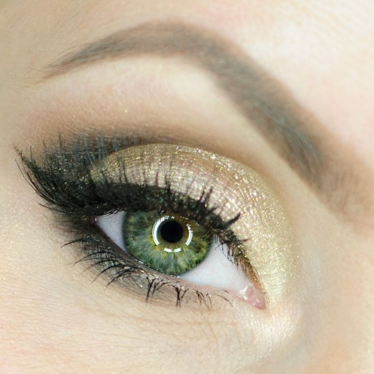 This subtle sparkly look by Aleksandra Latos Fabryka Makijazu shows off Makeup Geek Eyeshadows in Corrupt, Peach Smoothie, Barcelona Beach, and In The Spotlight.