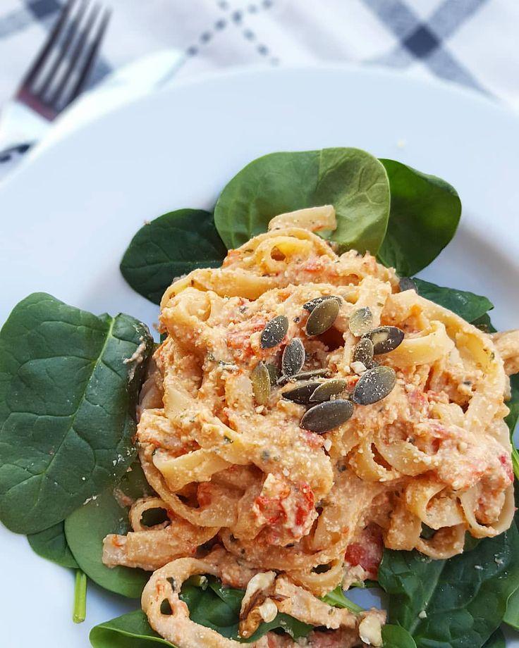 Pasta med paprika-sås . . . . Känner du dig sugen på en krämig pastasås? Recept (2 port): Tagliatelle för 2 pers Ett halvt block tofu (drygt 100g) 2 vitlöksklyftor  2 msk hackad basilika  1 stor röd paprika  Olja  Salt Svartpeppar  2dl havregrädde/kvarg fav
