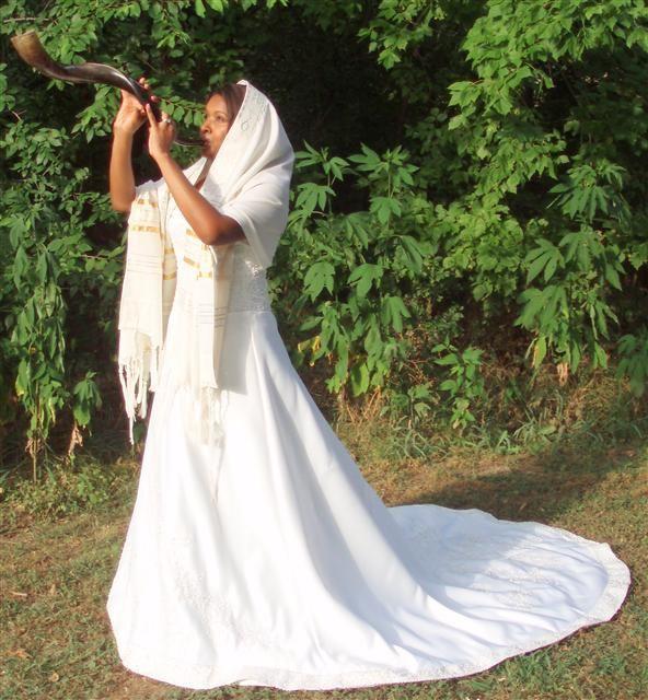 Bride blowing the shofar.. hmmm...: