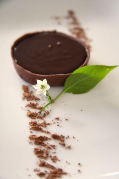 Десерт приготовлен по рецепту французского кондитера Дамьена Пишионери. Если Вы любите шоколад, этот десерт именно для Вас, а привлекательность рецепта в том, что необходимые ингридиенты в любой момент есть под рукой у каждой хозяйки. Холодными осенними вечерами побалуйте своих любимых ярким и в то же время мягким шоколадно-кофейным вкусом, который будет гармонировать с ароматом душистого чая.