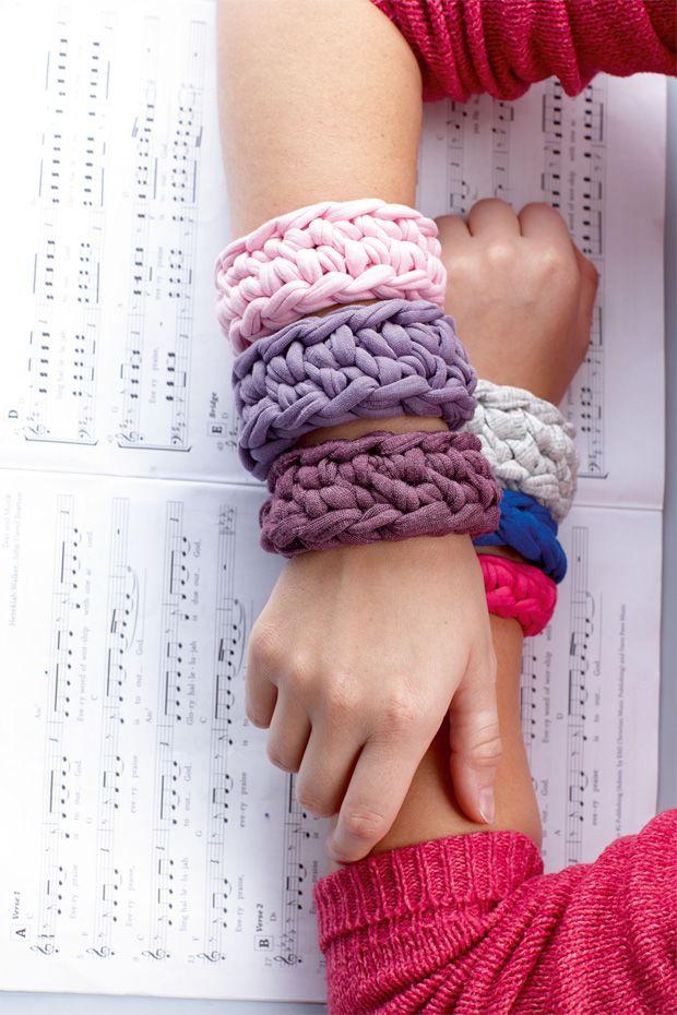 Die dicken Armbänder sind vor allem in Kombination ein echtes Fashion-Statement.