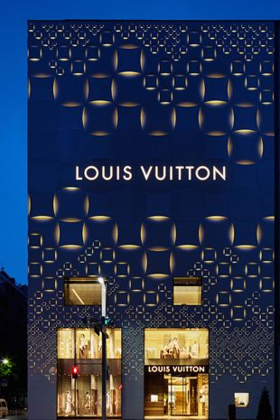 Elegant light patterns and luxury Architect: Jun Aoki Photo: Daici Ano Exclusive, elegant, and sporting the famous Louis Vuitton damier pattern monogram – this is what differentiates the French fashion house's luxury goods from others. Handbags and leather goods produced by this fashion label are particularly popular. The new façade on the Louis Vuitton store in Tokyo/J, designed by architect Jun Aoki, also features a repeated geometric pattern, coupled with light.