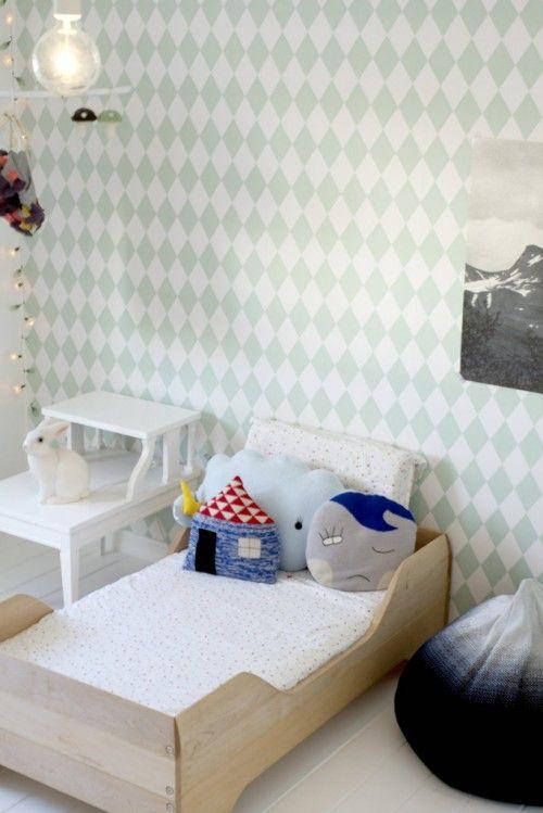 Une chambre au mur graphique avec le papier peint Harlequin de Ferm Living. http://www.goodobject.me/papier-peint-ferm-living/487-papier-peint-harlequin-mint-5704723005162.html:
