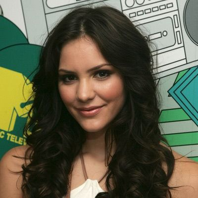 A better look for curvy girls is long, wavy or curly hair. It balances out the curves in your body.  Katherine McPhee