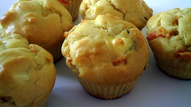 Pitadinha: Muffin salgado: queijo, tomate e manjericão