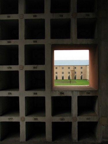 """San Cataldo Cemetery, Aldo Rossi, utiliza un muro perimetral similar al que se encuentra en el cementerio de la costa. """"La casa de los muertos"""" es un gran bloque con una serie de perforaciones."""