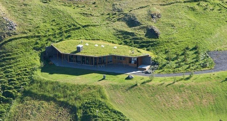 Superbe intégration pour cette maison bois semi-enterré et toiture végétalisée en Islande