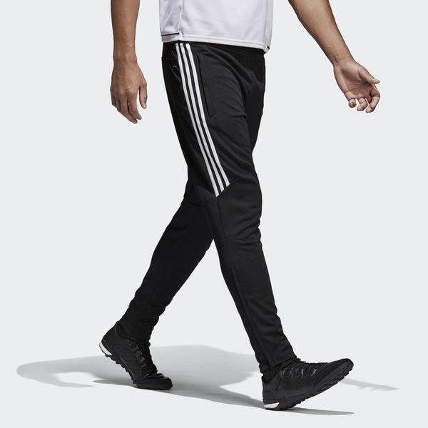 Entraîne-toi à fond. Reste au frais. Ce pantalon d'entraînement de football hommes t'aide à t'échauffer sans surchauffer. Doté de la technologie climacool® et d'inserts en mesh pour la ventilation, il favorise la circulation de l'air sur le terrain. Sa coupe slim t'offre une totale liberté de mouvement.