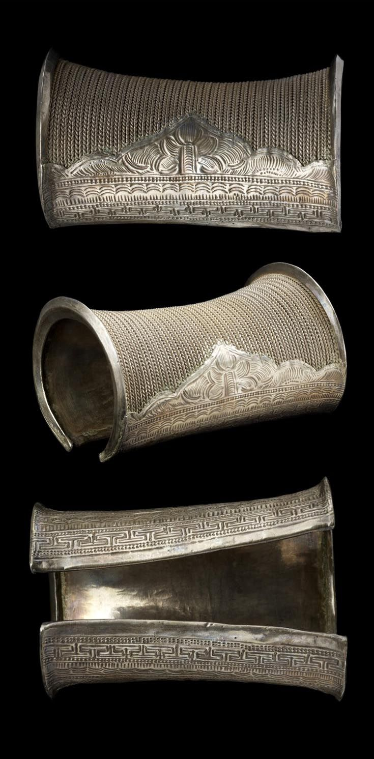 Laos | Woman's cuff bracelet; silver. These were worn in pairs. Lu people, Phôngsali (province), ca. early 20th century | © Musée du quai Branly