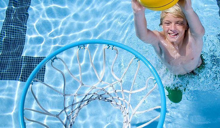Com o verão chegando os jogos aquáticos em família vem muito bem para passar dias felizes e divertidos entre todos, independentemente da idade.  Para acabar com o tédio da criançada é necessário só um pouco de imaginação.   #crianças na piscina #desportos para crianças #férias
