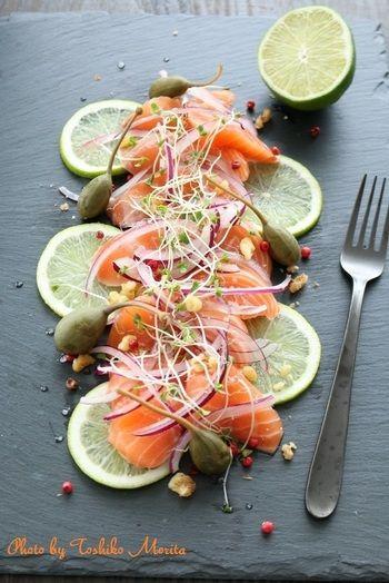 盛り付けるプレートを、よく冷やしておくことが美味しさのポイント。急な来客や料理を作る気がしない時も、プレートの上に、ライムと鮭のお刺身をのせて、薄切りの紫玉ねぎ・スプラウト・ケイパーの実やナッツを散らせば簡単♪ 調理もおもてなしのパフォーマンスになりますね!