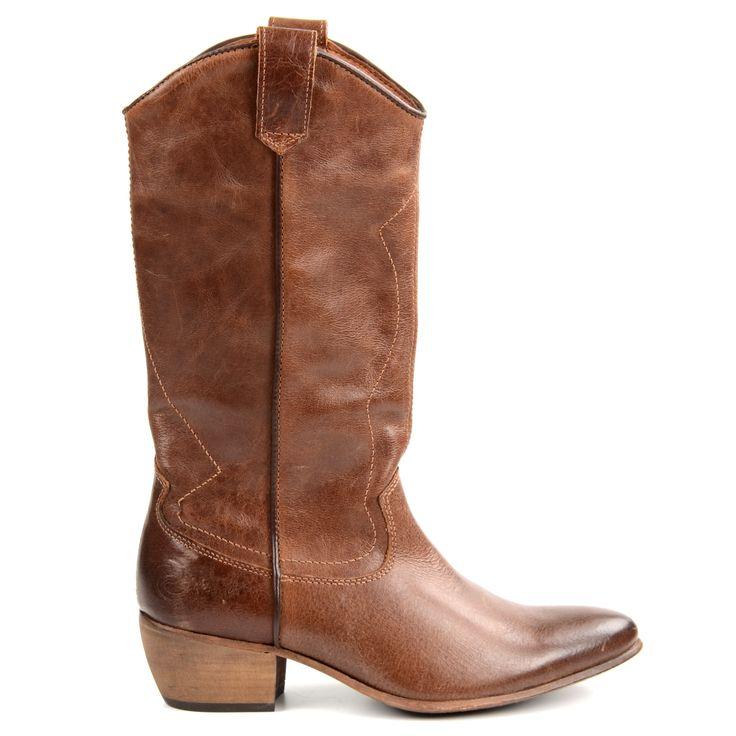 Typische bruine leren cowboy boots inclusief stoere stiksels op de schacht, een puntneus en een afbuigende hak. Stoer over een jeans of onder een jurk! De laarzen zijn gevoerd met luchtig textiel en hebben een leren binnenzool. De hak is 5 cm hoog. De sch