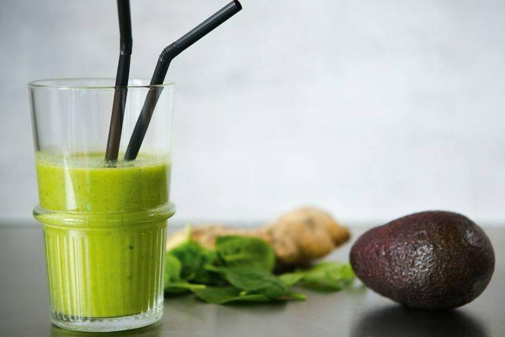 Avocado + spinazie + mango + limoen + gembersiroop = een geweldige groene smoothie