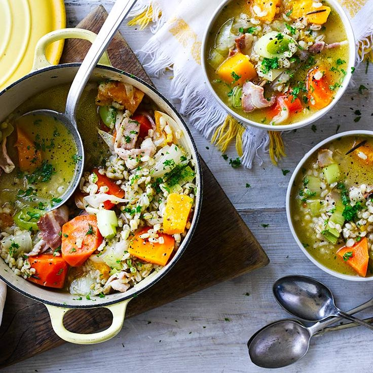 Deze soep met prei is ontzettend makkelijk en snel klaar. Perfect voor een doordeweekse avond.    1. Verhit de boter met 2 eetlepels olie in eensteelpan. Fruit de ui en knoflook zacht.    2.Roerbak de prei 5 minuten mee. Voeg...