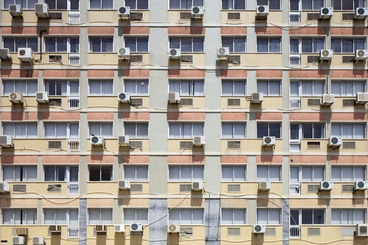 """Gonçalo Valente não filma apenas o mundo em miniatura. Na maioria das vezes fotografa em grande — museus, hospitais e estações de comboios ou simplesmente fachadas de edifícios. """"São fachadas de edifícios comuns apropriadas pelos lisboetas"""", contou ao P3 o fotógrafo de Arquitectura. A vida que está lá dentro transpira cá para fora. """"É interessante verificar que as alterações mais comuns são: marquises, ar condicionado e estendal""""."""