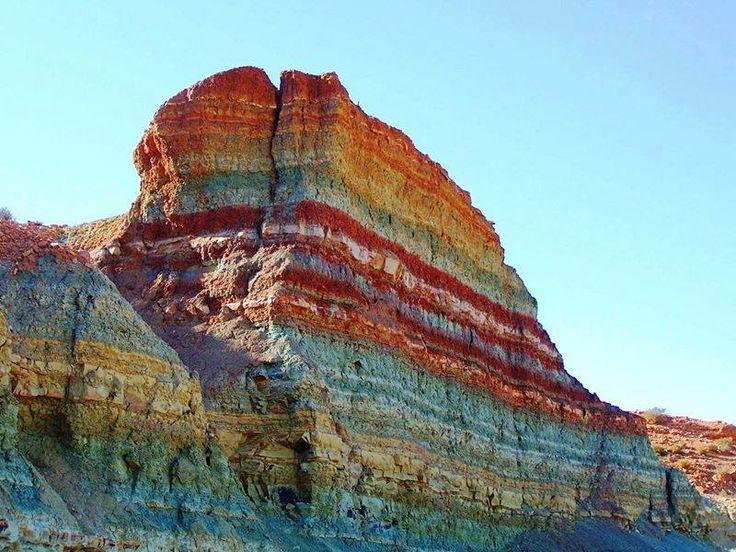 Río Oued Metlili (Ghardaia, Algeria.) Afloramiento de rocas sedimentarias del Albiano (Cretácico Temprano). Se puede apreciar la estratificación horizontal y el cambio de coloración, en función de las condiciones biogeoquímicas del ambiente de deposición de cada estrato. Los colores rojizos indican ambientes oxidantes. Los colores grises y verdosos indican ambientes reductores.
