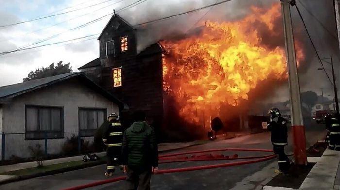 Incendio afecta a una iglesia en Chile