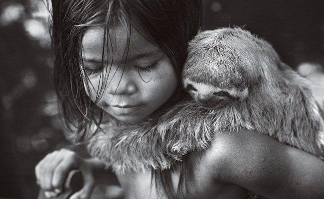 Criança com bicho-preguiça, na Serra do Diviso