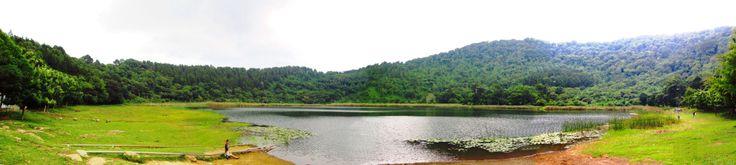 La Laguna Verde, Apaneca.  Laguna de origen volcánico, situada en la punta del cerro de Apaneca.