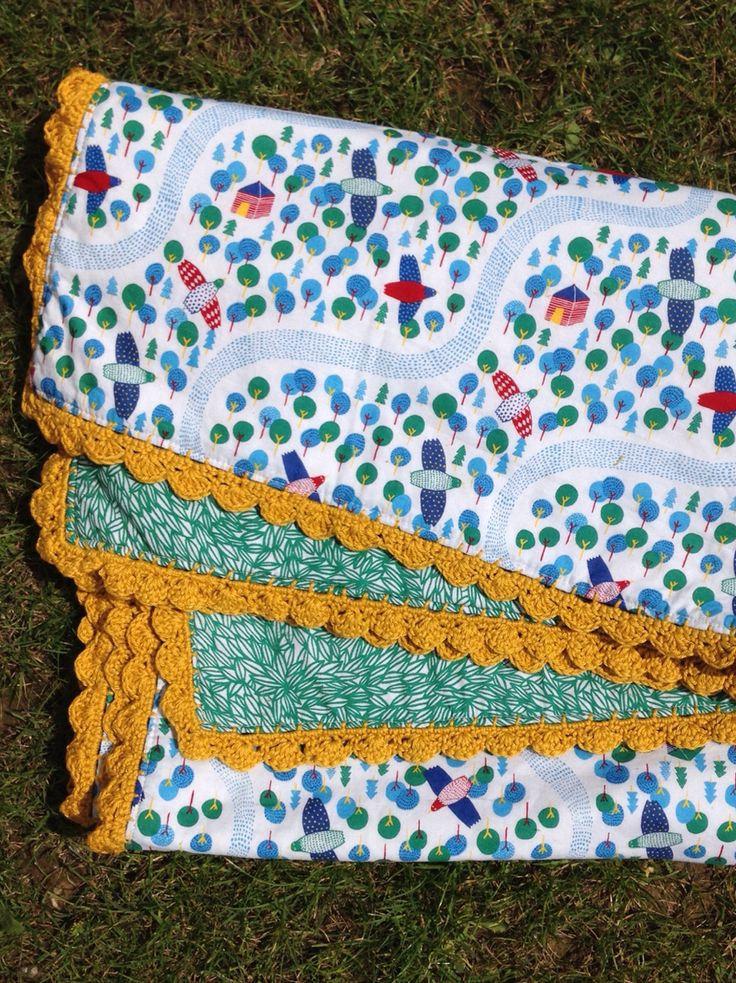 Baby quilt with crochet edge