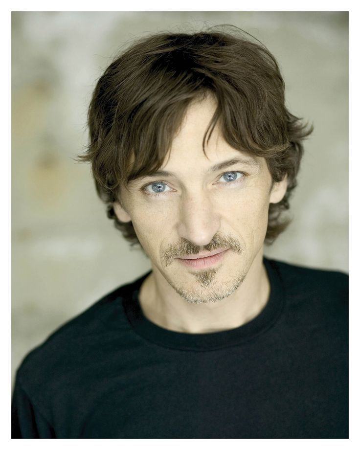 John Hawkes. Mom, this is the guy from The Perfect Storm. My glory is he Johnnys twin or what!?
