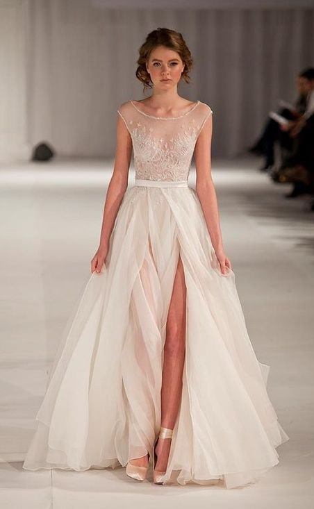 The Way A Dress Can Be Long And Elegant While Showing Lot Of Leg La Vida Wedding Dresses