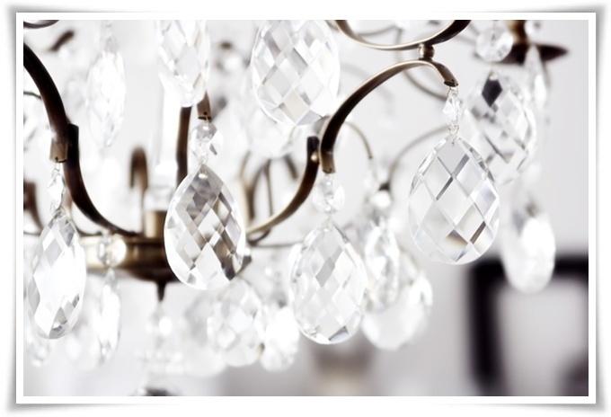 Stora vackra prismor. En sådan kristallkrona skulle jag vilja ha i badrummet, eller i köket, eller vid sängen... Den passar var som helst!