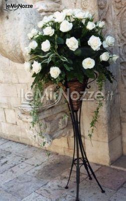 http://www.lemienozze.it/operatori-matrimonio/fiori_e_addobbi/addobbi-floreali-matrimonio-bari/media/foto/12  Composizione floreale di fiori bianchi sostenuta da supporto in ferro battuto