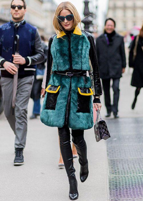 В зеленой шубе от Kim Shui и высоких сапогах на недели моды в Париже