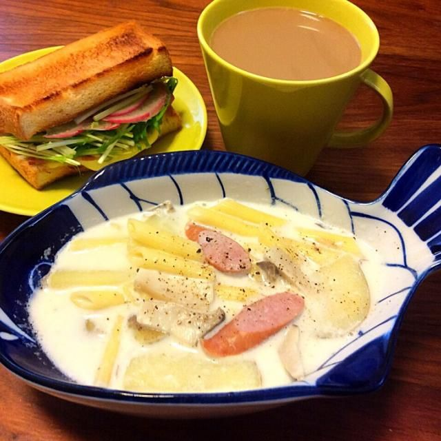 今日のブランチ(^-^)/ いつものごちそうチャウダーの素を切らしていたので、牛乳と早ゆでペンネも入れてグツグツしてとろみをつけてみました〜  ウチには小麦粉がないので…(^^;; - 54件のもぐもぐ - ベーコンチーズ水菜サンド、じゃがいもとエリンギのペンネ入りミルクスープ 2015.3.15 by kirahime