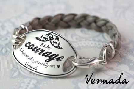 Vernada Design -nahkakäsikoru, COURAGE, harmaa punottu. #Vernada #jewelry #bracelet #wraparound #leather #suomestakäsin #finnishdesign