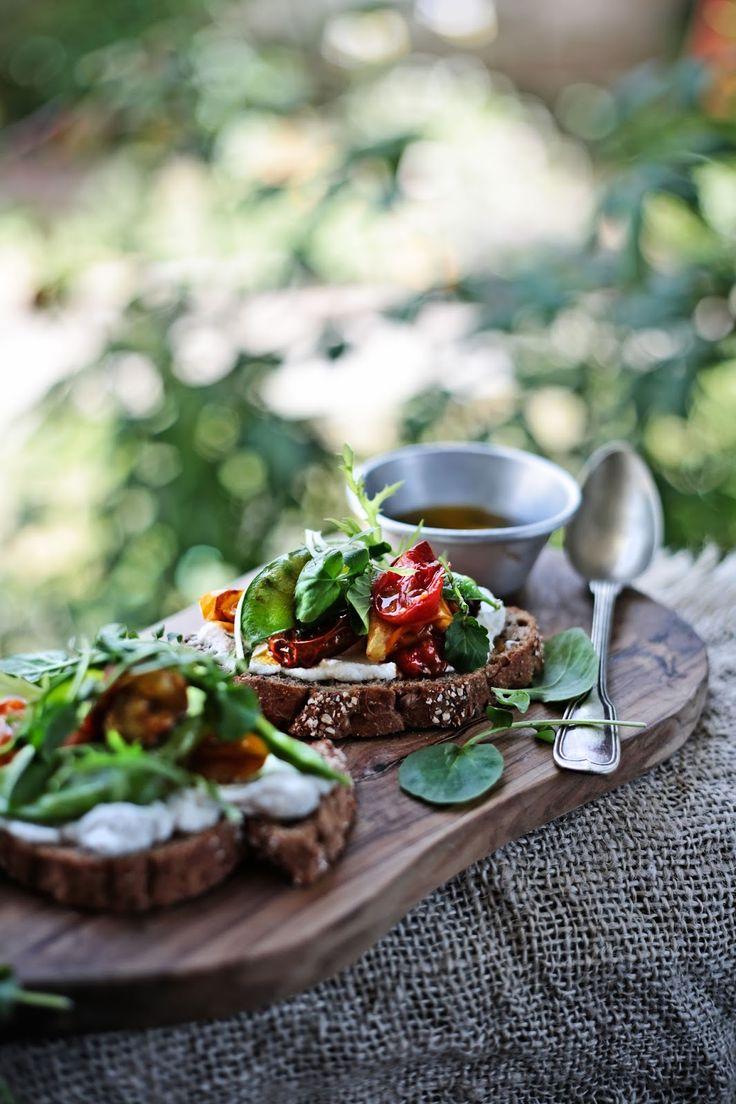 Pratos e Travessas: Bruschette de tomates cereja e ervilhas de quebrar assados # Roasted cherry tomatoes and snow peas bruschette | Food, photography and stories