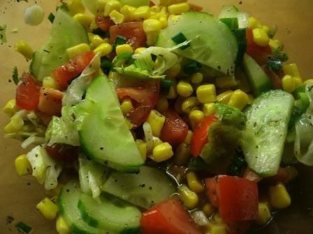 Das perfekte Bunter Salat mit Mais-Rezept mit Bild und einfacher Schritt-für-Schritt-Anleitung: Das Stück Salatgurke schälen, dabei jeden 2…