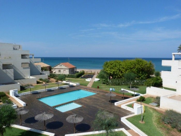 Penthouse in an attractive location in the first beach line in Denia