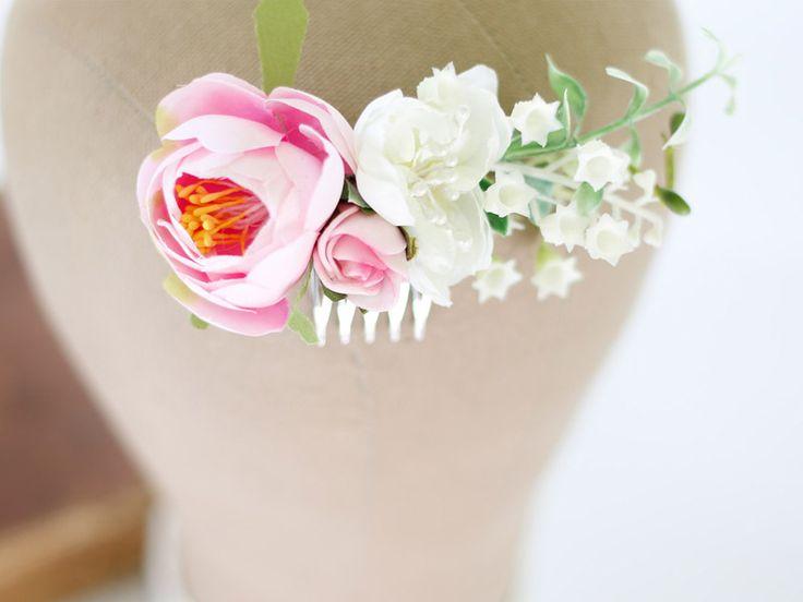 Grzebyk ślubny do włosów w odcieniach różu i bieli. Panna młoda może go wpiąć obok koka lub do rozpuszczonych włosów.   Dostępny w sklepie internetowym Madame Allure