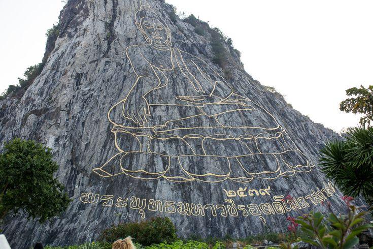 Гора «Золотой Будда» — это ценнейшая святыня тайского народа, которая олицетворяет умиротворение и благодать. Эта величественная достопримечательность расположена неподалеку от курортного города Паттайи