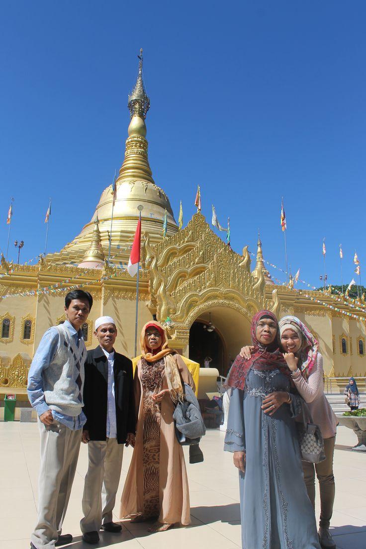 di depan Pagoda Lumbini, Brastagi, Sumatera Utara