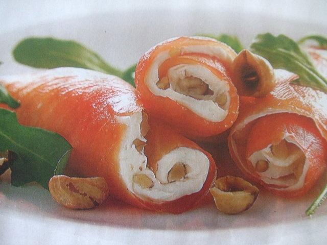 Rollitos de salmón con queso fresco y avellanas(apto para celíacos) Ver la receta http://www.mis-recetas.org/recetas/show/29127-rollitos-de-salmon-con-queso-fresco-y-avellanas