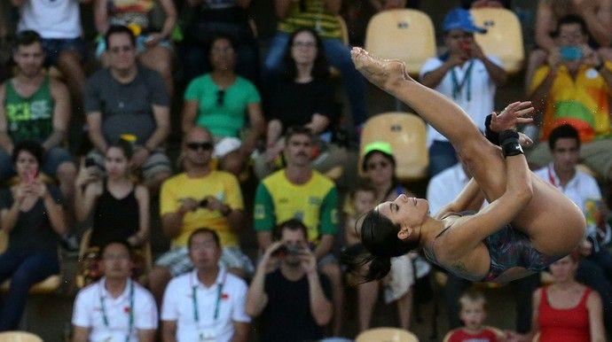 Torcida observa Ingrid Oliveira saltar na prova individual da plataforma de 10m…