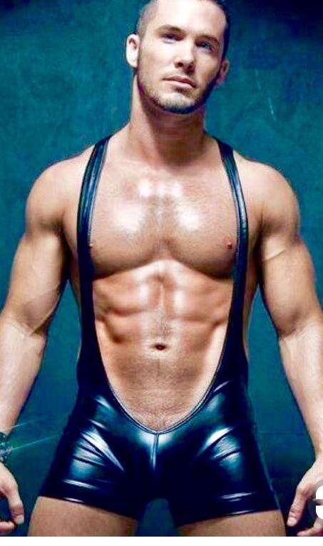 Hunk facesitting in lycra leggings
