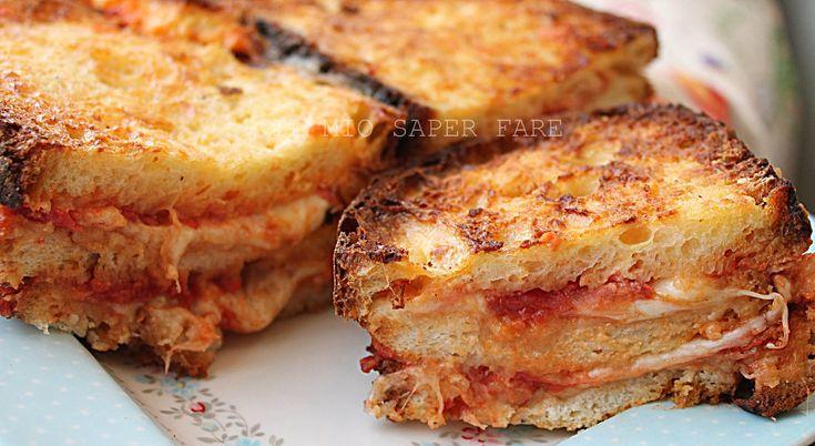 Come utilizzare il pane raffermo: Torta di Pane salata! Semplice ed economica, farcita con tanta mozzarella e pomodoro. Buona anche fredda ideale per picnic
