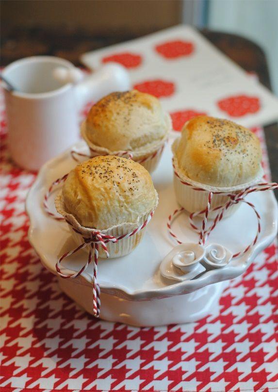 Per iniziare la giornata in modo 'morbido', dei panini di panbriosciato, adatti sia a chi vi spalma la marmellata o a chi li vuol mangiare ancora caldi con una fetta di prosciutto cotto. Buona colazione! www.jo-le.com