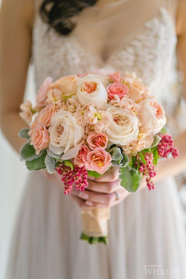 タイ:男性が女性にバラの花束を送る