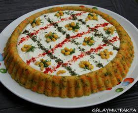 Tart kalıbını aldığımdan beri başka amaçlar için kullanıyorum:) Blogta bu salataya benzer bir çok tarif olmasına rağmen sunum olarak size...